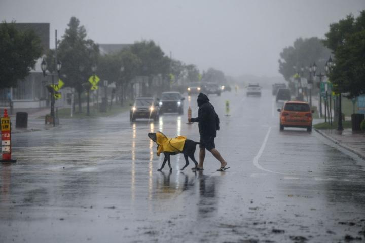 Henri-myrskyn odotettiin yhä tuovan mukanaan voimakkaita, yli 30 metriä sekunnissa puhaltavia tuulia ja rankkasateita. LEHTIKUVA / AFP
