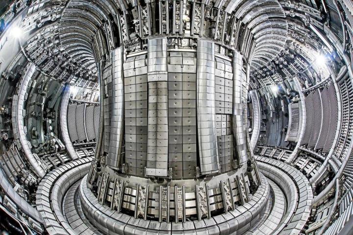Kymmenkunta vuotta sitten uudistettu Britannian Jet-fuusioreaktori tuotti ensimmäiset plasmansa jo vuonna 1983. Se ensimmäisenä todisti fuusioreaktion tieteellisessä mielessä toimivaksi.
