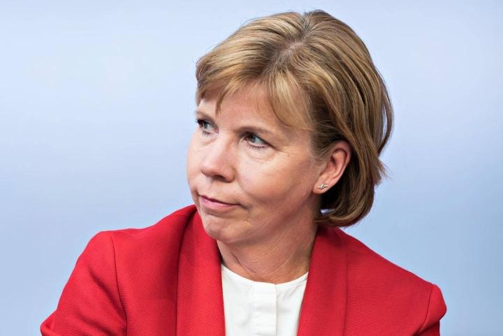 Oikeusministeri Anna-Maja Henriksson (r.) sanoo, että aluevaalit pidetään hyväksytyn lainsäädännön mukaisesti 23. ensi tammikuuta.
