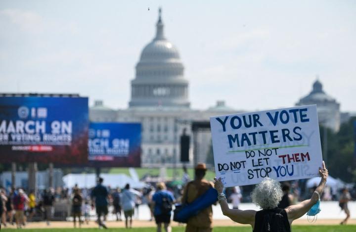 Yhdysvalloissa kymmenettuhannet ihmiset osoittivat lauantaina Washingtonissa ja kymmenissä muissa kaupungeissa äänestämistä vaikeuttavia lakeja vastaan. LEHTIKUVA/AFP