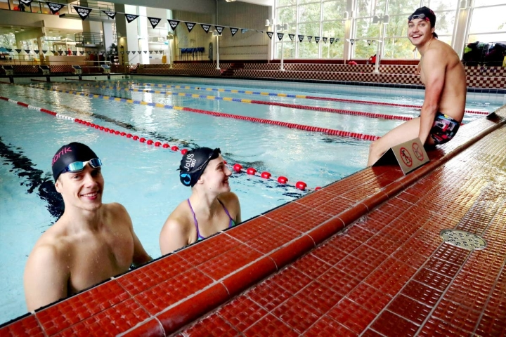 Kalle Pyykkönen (vas), Fanny Grönvall ja Emil Hanski hakevat uutta potkua uintiuralleen Joensuun Uimaseurassa.