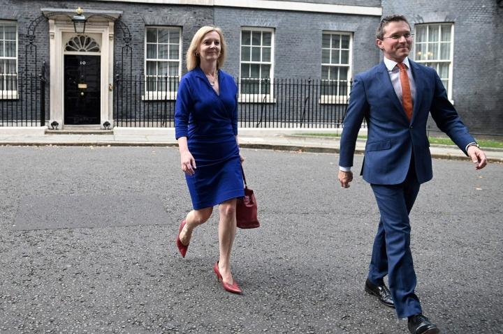 Ulkoministeriksi valittu Liz Truss poistumassa pääministerin virka-asunnosta keskiviikkona. LEHTIKUVA/AFP