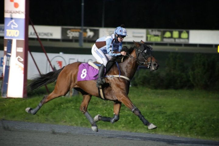 Olli Timosen suojatti Gambling Face satulassaan Martta Smura oli Linnunlahden monté-finaalissa ylivoimainen.