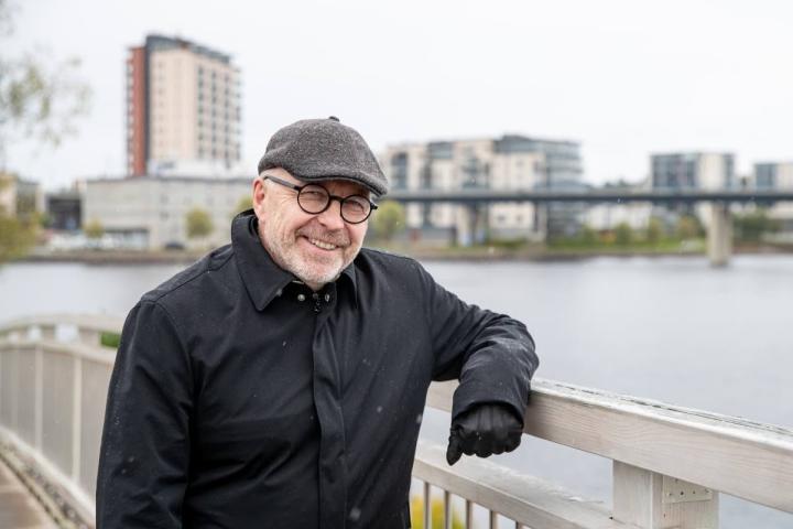 Juha Mustonen on aina viihtynyt kaupungeissa, joissa vesi on läsnä. Kaupungin muutos Pielisjoen molemmilla rannoilla näyttää hyvältä, ja sitä hän esittelee mielellään myös vieraille.