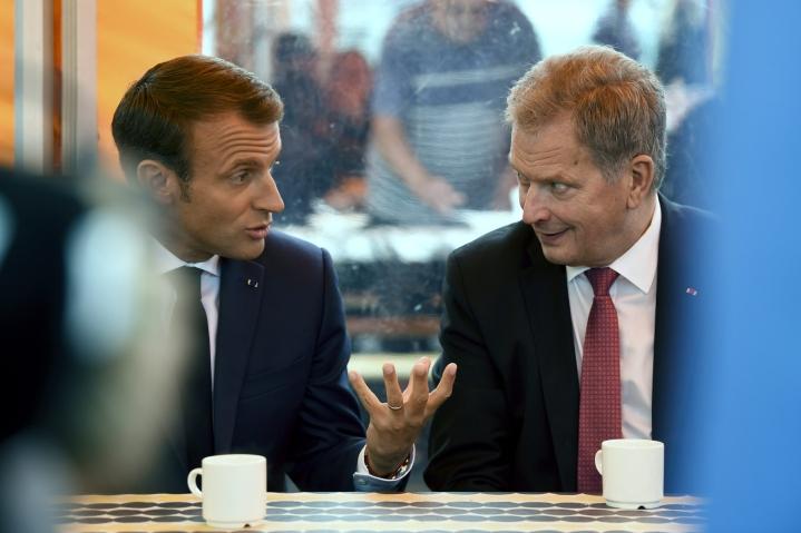 Presidentti Emmanuel Macron ja presidentti Sauli Niinistö torikahveilla Helsingisssä elokuussa 2018. LEHTIKUVA / ANTTI AIMO-KOIVISTO