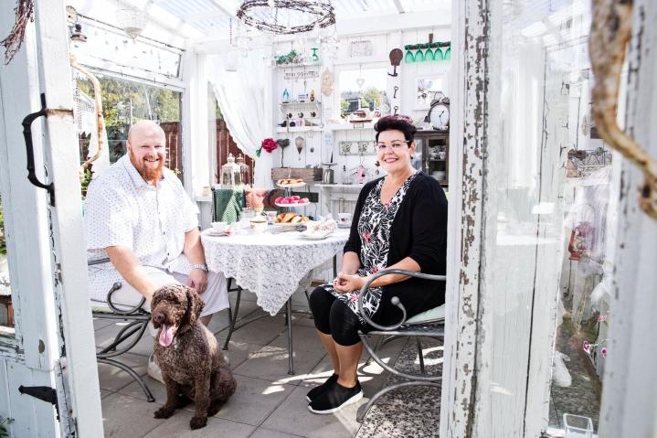 Mikko ja Maria Miettinen rakensivat huvimajan yhdessä ystäviensä avustuksella. Nyt Casa Maria täyttää jo kymmenen vuotta. Se toimi etenkin korona-aikaan arjen pakopaikkana kuin kesämökki konsanaan. Perheen mukana majaan tulee myös Ringo-koira.