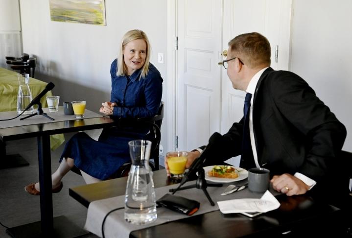 Perussuomalaisten puheenjohtaja Riikka Purra ja kokoomuksen puheenjohtaja Petteri Orpo kohtasivat Politiikan toimittajien debatissa Helsingissä tiistaina. LEHTIKUVA / Antti Aimo-Koivisto