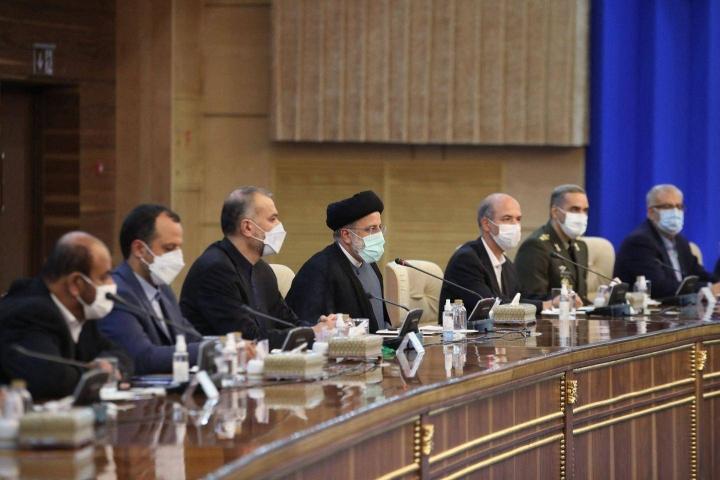 Iranin uuden presidentin Ebrahim Raisin (kesk.) arvioidaan vain koventaneen maan linjaa myös ydinohjelmaan liittyvissä kysymyksissä.