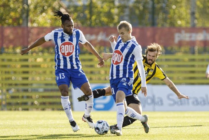HJK:n Luis Carlos Murillo (vas.) ja Santeri Väänänen eivät päästä Hongan Lucas Kaufmannia kiinni palloon. LEHTIKUVA / SEPPO SAMULI