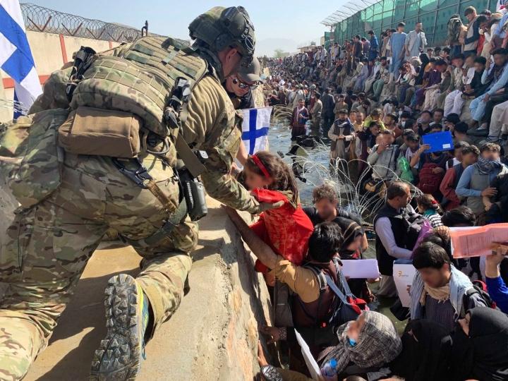 Suomi varautui vastaanottamaan Afganistanista erityisellä humanitaarisella perusteella liki 300 afganistanilaista. Heistä on saatu evakuoitua 224. LEHTIKUVA / HANDOUT / Ulkoministeriö