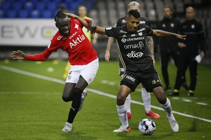 Kei Kamara (vas.) teki HIFK:n voittomaalin. LEHTIKUVA / Antti Aimo-Koivisto