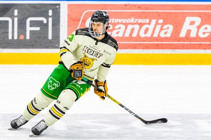 Kuva Ilveksen Aleksi Elorinteestä viime kaudelta, jolloin SM-liigaan määrättiin kokovisiiripakko koronan takia.