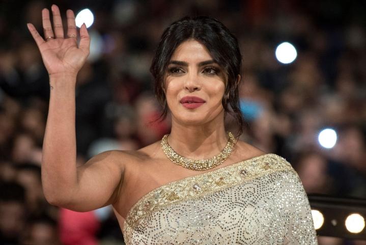 Näyttelijä Priyanka Chopra on yksi aktivisteja kilpailuttavan sarjan julkkisjuontajista. LEHTIKUVA/AFP