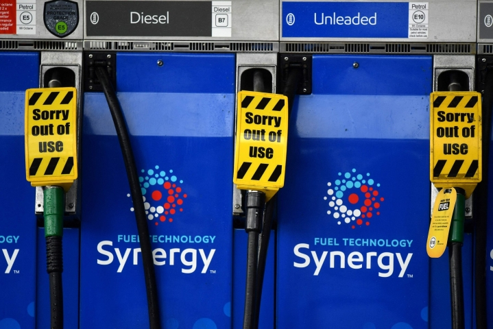 Pelot polttoaineen loppumisesta ovat johtaneet paniikkiostamiseen ja monet maan bensa-asemista on imetty tyhjiin. LEHTIKUVA / AFP