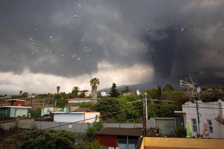 Cumbre Viejan tulivuoresta on levinnyt paksuja mustia tuhkapilviä purkauksen kiihtymisen jälkeen. LEHTIKUVA/AFP