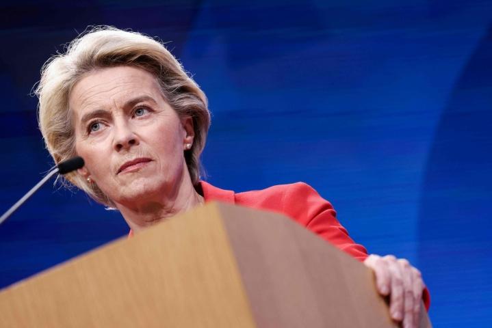 Euroopan komission puheenjohtaja Ursula von der Leyen toteaa, että EU:n oikeusjärjestelmien on oltava riippumattomia ja oikeudenmukaisia. LEHTIKUVA/AFP
