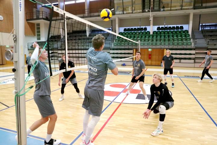 Hurmoksen joukkue esittäytyi torstai-iltana harjoitusottelussa kotiyleisölle.