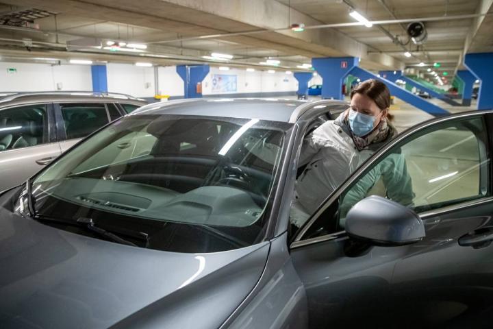 Katja Viitamäki käy Hukanhaudalta autolla keskustassa sen verran harvoin, että hän ei laske Easyparkin pysäköintimaksuja.  Kätevyys ratkaisee hänen valintansa.