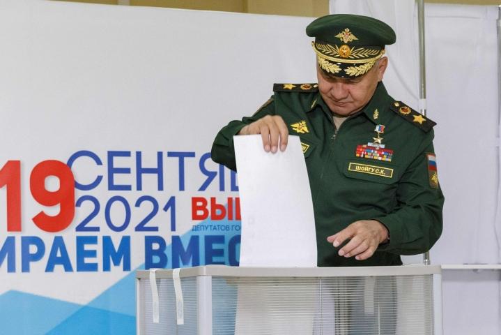 Venäjän puolustusministeri Sergei Shoigu äänesti Moskovassa perjantaina. Lehtikuva/AFP
