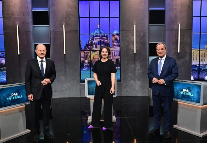 Sosiaalidemokraattien Olaf Acholz (vas.), vihreiden Annalena Baerbock ja CDU:n Armin Laschet vaaliväittelyssä. LEHTIKUVA / AFP