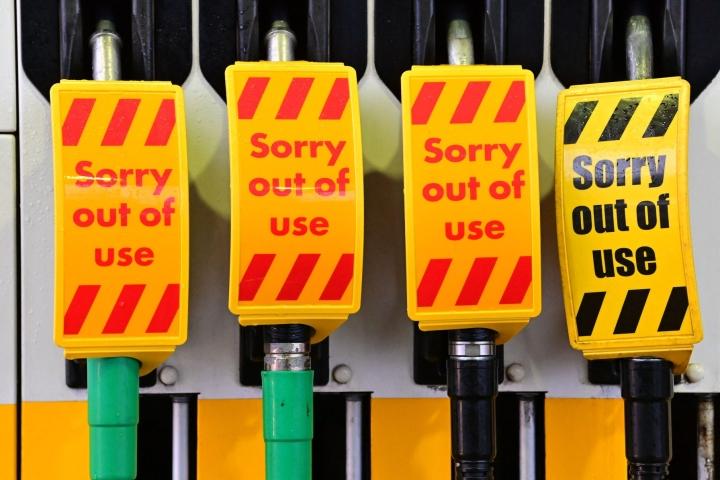 Britanniassa polttoainekauppiaiden edustajan mukaan lähes puolet maan 8000 polttoainepumpusta tyhjeni eilen polttoainepulan käynnistämän hamstrauksen takia. LEHTIKUVA / AFP