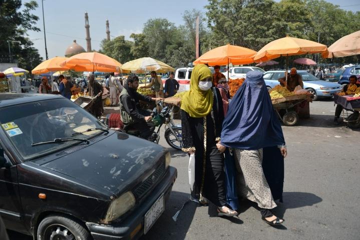 Naiset kävelivät torialueella Kabulissa keskiviikkona. Lehtikuva/AFP