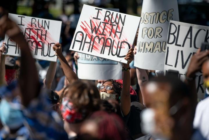 Ahmaud Arbery, 25, ammuttiin viime vuoden helmikuussa Georgiassa. Ensimmäiset pidätykset tehtiin vasta toukokuun alkupuolella. Ihmiset osoittivat mieltä Arberyn puolesta pian pidätysten jälkeen. LEHTIKUVA/AFP