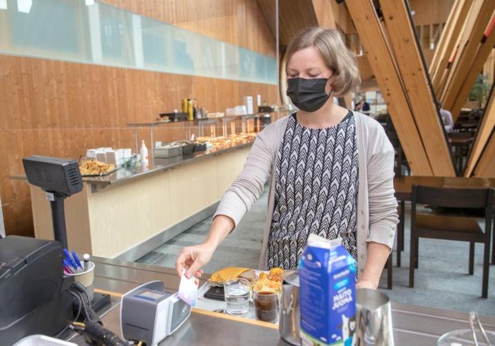 Luonnonvarakeskuksen Joensuun toimipaikassa tutkijana työskentelevä Katri Hamunen käyttää lounasetua työpaikkaravintolassaan Metla-talossa. Kulttuuri- ja liikuntaedulla hän on maksanut muun muassa etäjumppia.