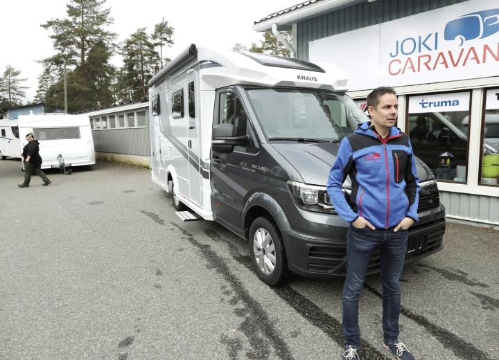 Jokicaravanin toimitusjohtaja Matti Silvennoinen kertoo, että matkailuautojen vilkkain myyntisesonki on aina ennen kesää.