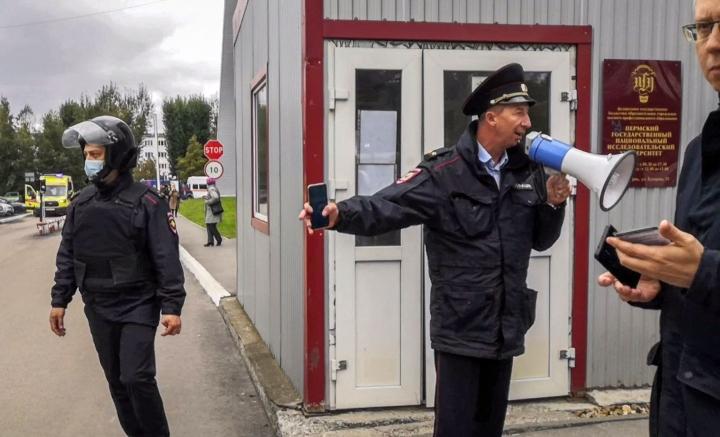 Poliisit valvoivat opiskelijoiden poistumista Permin yliopistokampuksen rakennuksesta ampumisen jälkeen. LEHTIKUVA/AFP