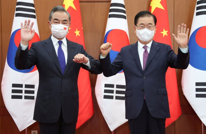 Keskiviikon testit tulivat samana päivänä, kun Etelä-Korean ulkoministeri Chung Eui-Yong (oik.) isännöi kiinalaisen virkaveljensä Yi Wangin (vas.) vierailua. LEHTIKUVA/AFP