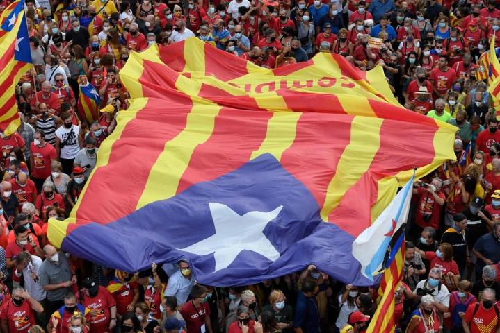Katalonian itsehallinnon kannattajien mielenosoitukseen osallistui paikallisen poliisin mukaan jopa yli 100 000 ihmistä. LEHTIKUVA/AFP.