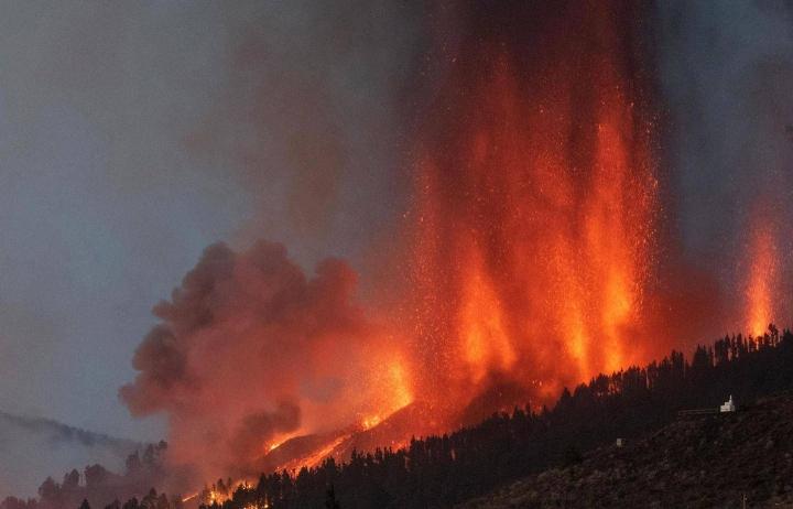 Cumbre Vieja -tulivuori purkautuu El Pasossa La Palman saarella. Kuva otettu sunnuntaina 19.9.2021.
