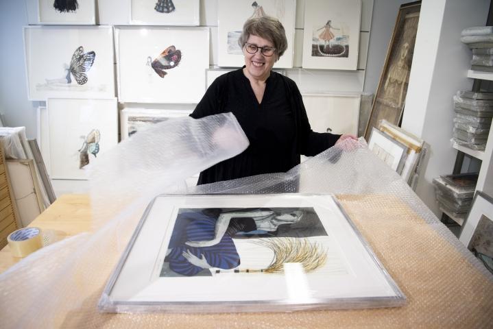 """""""Yrittäminen uudistaa taiteilijan ajattelua. Se voi olla innostavaa ja hauskaakin"""", taidegraafikko Kirsi Neuvonen sanoo. Neuvosella on ollut myymälä ja paja lähes 14 vuoden ajan Puutarhakadulla Jyväskylässä."""