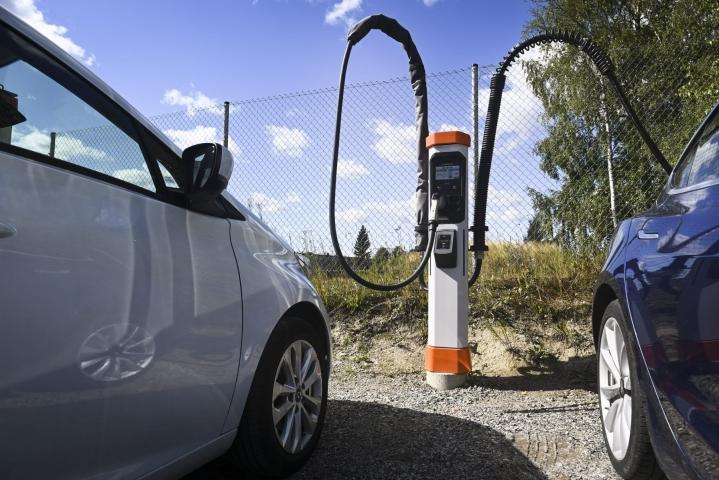 AKL:n toimitusjohtaja Rissa sanoo, että täyssähköautoille on yhä tarve hankintatuelle, joka on tällä hetkellä 2000 euroa. LEHTIKUVA / EMMI KORHONEN