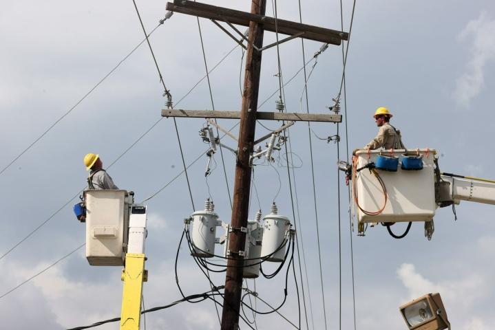 Hirmumyrsky Idan katkomia sähkölinjoja korjattiin Houmassa Louisianan osavaltiossa. LEHTIKUVA / Getty Images / AFP