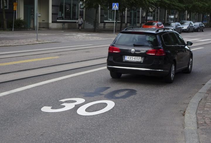 Liikenneturvan mukaan nopeuksien laskeminen 30 kilometriin olisi suositeltavaa etenkin alueilla, joissa pyöräillään ja kävellään paljon. LEHTIKUVA / Teemu Salonen