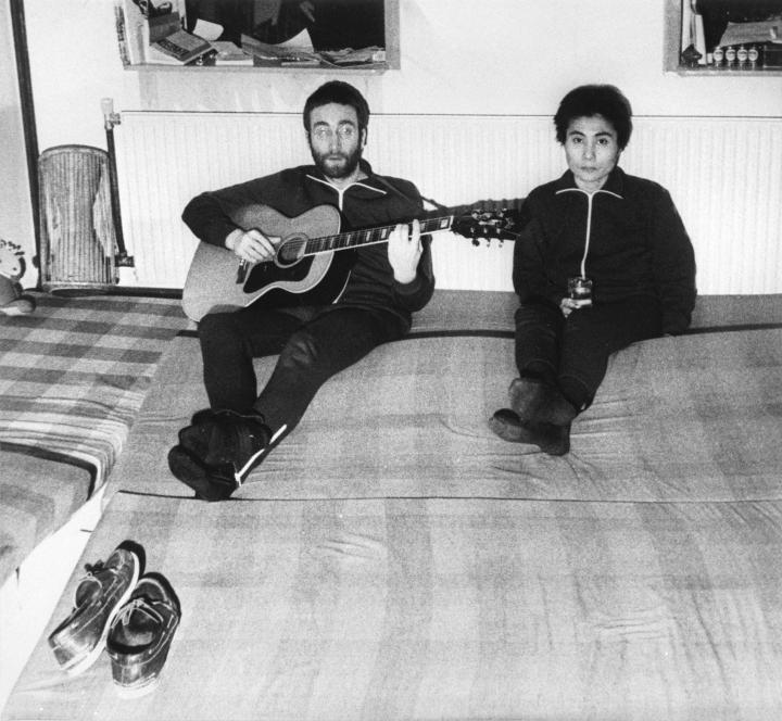 John Lennon (vas.) ja Yoko Ono kuvattiin Tanskan Jyllannissa tammikuussa 1970. LEHTIKUVA / AFP