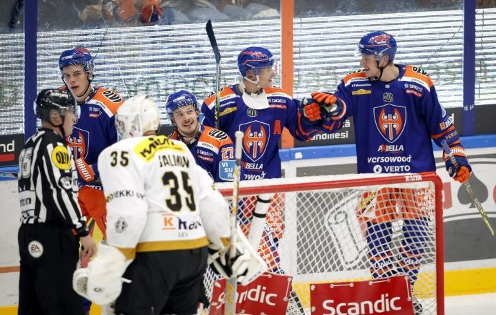 Oulun Kärpät sai hyvästellä legendaarisen Hakametsän jääkiekkopyhätön tappio niskassaan. Tappara kaatoi oululaiset jatkoajalla 3–2. LEHTIKUVA / Kalle Parkkinen