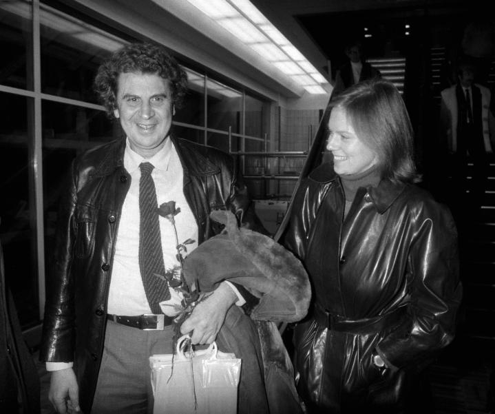 Kreikkalainen säveltäjä-kapellimestari Mikis Theodorakis ja Arja Saijonmaa kuvattuna Seutulan lentoasemalla marraskuussa 1981. LEHTIKUVA / JUHA JORMANAINEN
