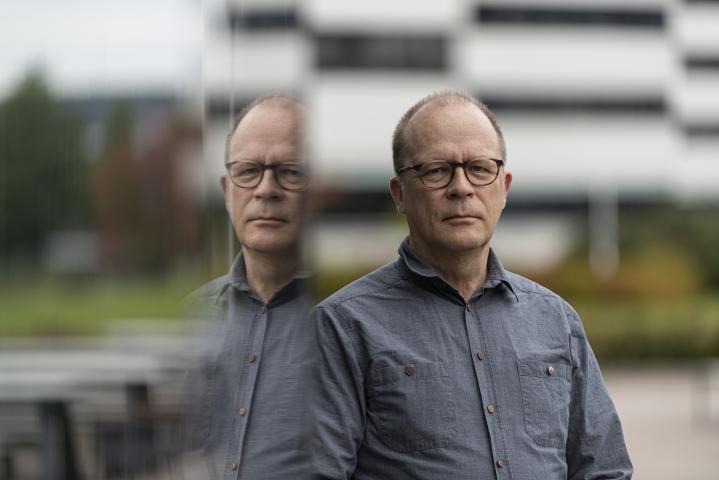 Professori Juha Holma toteaa, että väkivallan tekijän on usein vaikea asettua toisen asemaan. Ongelmaa pyritään ratkomaan nyt virtuaalitodellisuuden keinoin.