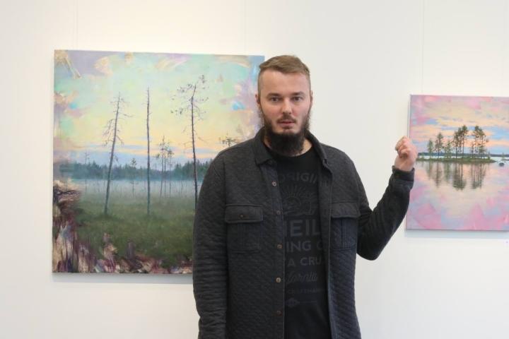 Antti Hakkaraisen työt syntyvät siten, että hän hakeutuu syrjäiselle seudulle aistimaan luonnon tunnelmaa, ja purkaa kokemaansa maalauksiksi.