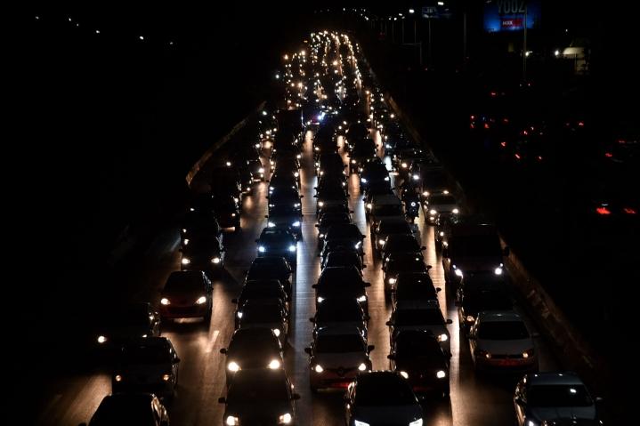 Liikenneonnettomuudet ovat Algeriassa yleisiä ja usein syynä on ylinopeus. Kuvassa pääkaupungin Algerin liikennettä huhtikuussa 2021. LEHTIKUVA / AFP