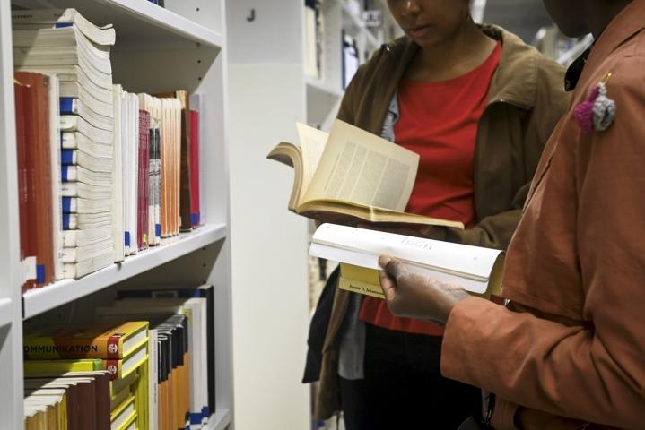 Vähäisen riskin tilanteiksi THL on määritellyt esimerkiksi kirjastossa käymisen. LEHTIKUVA / Emmi Korhonen