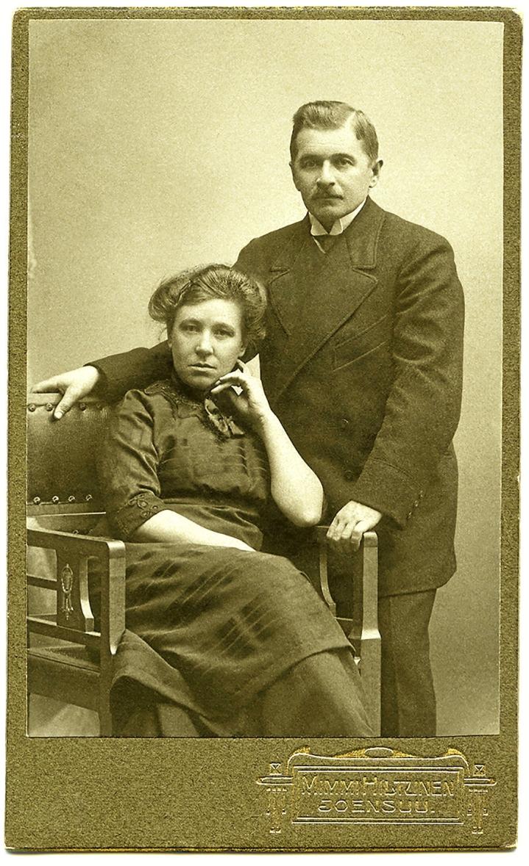 Hiltusten aviopari Joensuun valokuvaamossa noin vuonna 1915, kaksi vuotta ennen Mimmin valokuvausuran päättymistä.
