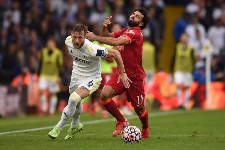 Mohamed Salah (oikealla) teki sunnuntaina uransa sadannen maalin Valioliigassa. LEHTIKUVA/AFP