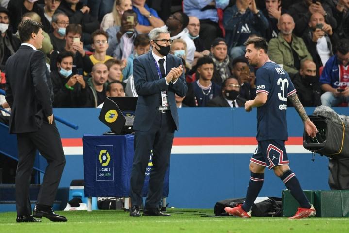 PSG:n argentiinalaistähti Lionel Messi poistumassa kentältä Lyon-ottelussa sunnuntaina. Lehtikuva/AFP