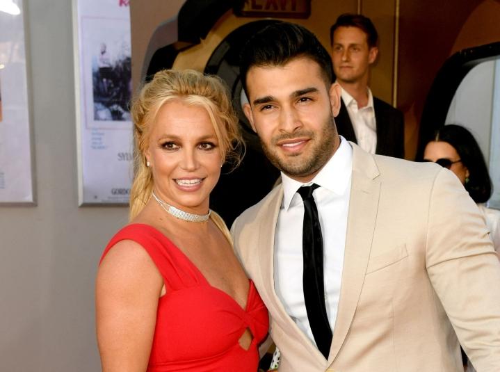 Britney Spears julkisti viime viikolla menneensä kihloihin pitkäaikaisen kumppaninsa Sam Asgharin kanssa, mikä on laulajalle jälleen yksi uusi syy toivoa holhousjärjestelyn lakkauttamista. LEHTIKUVA / AFP