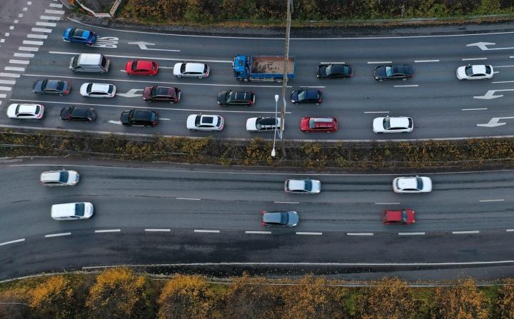 Kyselyyn vastanneista yrityksistä 71 prosenttia uskoi työhön liittyvän autoilun vähenevän joko merkittävästi tai jonkin verran. LEHTIKUVA / Vesa Moilanen