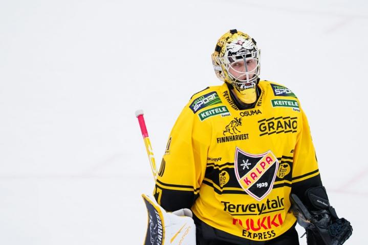 Eero Kilpeläinen (kuvassa) sai tehdä KalPan tolppien välissä tilaa Henrik Tikkaselle. LEHTIKUVA / Timo Hartikainen